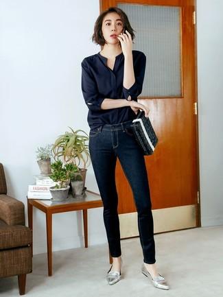 Cómo combinar: blusa de manga larga negra, vaqueros pitillo azul marino, mocasín de cuero plateados