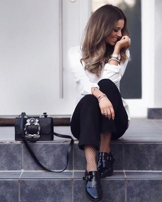 Cómo combinar: blusa de manga larga blanca, pantalón de pinzas negro, mocasín de cuero сon flecos negros, bolso bandolera de cuero con adornos negro