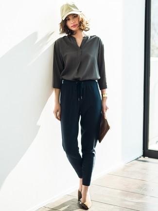 Cómo combinar: blusa de manga larga en gris oscuro, pantalón de pinzas azul marino, zapatos de tacón de ante verde oliva, cartera sobre de cuero marrón