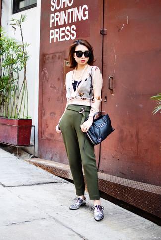 Para seguir las tendencias usa una blusa de manga larga estampada rosada y un pantalón de pinzas verde oliva. Completa el look con zapatos oxford de cuero plateados de mujeres de Stella McCartney.
