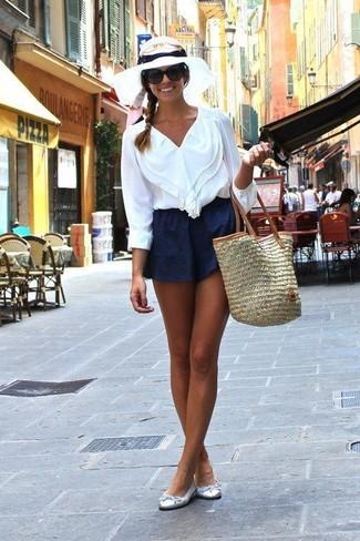 Para seguir las tendencias usa una blusa de manga larga con volante blanca y unos pantalones cortos. Bailarinas de cuero plateadas contrastarán muy bien con el resto del conjunto.