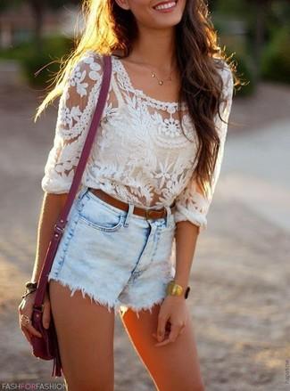 Cómo combinar: blusa de manga larga de encaje blanca, pantalones cortos vaqueros celestes, bolso bandolera de cuero morado, correa de cuero marrón