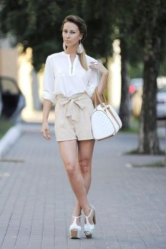Cómo combinar un anillo blanco: Para un atuendo tan cómodo como tu sillón empareja una blusa de manga larga blanca con un anillo blanco. Sandalias de tacón de cuero gruesas blancas son una opción estupenda para completar este atuendo.