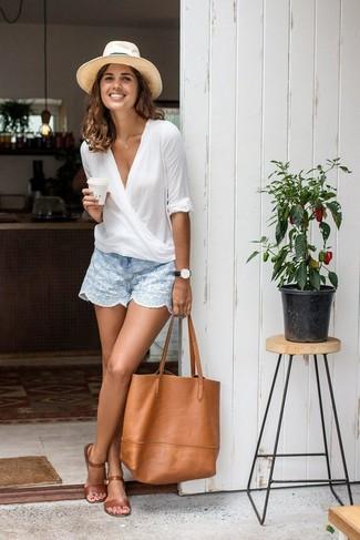 La versatilidad de una blusa de manga larga blanca y unos pantalones cortos los hace prendas en las que vale la pena invertir. ¿Quieres elegir un zapato informal? Haz sandalias planas de cuero marrónes tu calzado para el día.