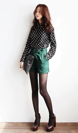 Cómo combinar: blusa de manga larga estampada en negro y blanco, pantalones cortos verde oscuro, zapatos de tacón de cuero burdeos, cartera sobre de cuero negra