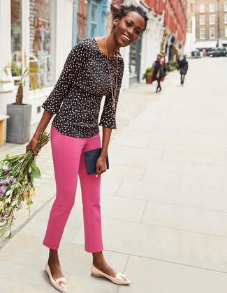 Cómo combinar: blusa de manga larga a lunares negra, pantalones pitillo rosa, mocasín con borlas de cuero en beige, cartera sobre de cuero azul marino