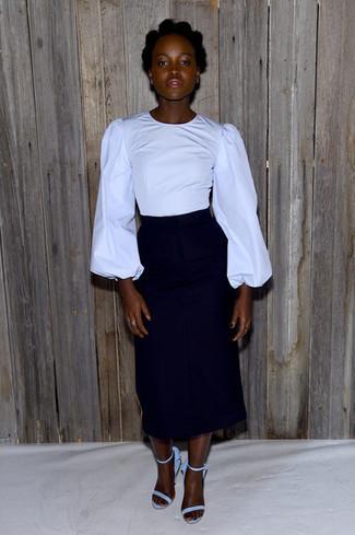 Cómo combinar unas sandalias de tacón de ante celestes: Opta por una blusa de manga larga roja y una falda midi negra para un lindo look para el trabajo. Sandalias de tacón de ante celestes son una opción incomparable para complementar tu atuendo.