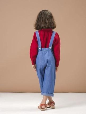Cómo combinar: blusa de manga larga roja, peto azul, sandalias rojas