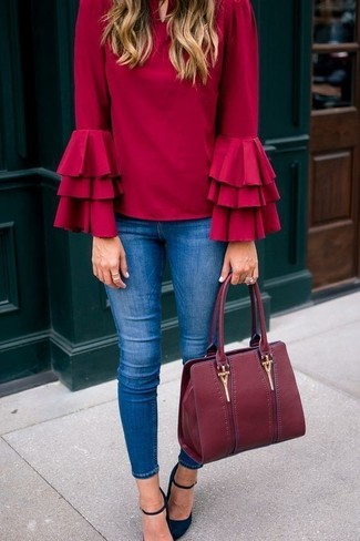 Cómo combinar: blusa de manga larga con volante roja, vaqueros pitillo azules, zapatos de tacón de ante negros, bolsa tote de cuero burdeos