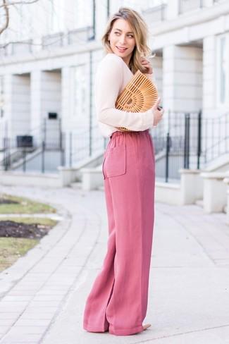 Cómo combinar: blusa de manga larga rosada, pantalones anchos rosa, zapatos de tacón de cuero en beige, cartera sobre de paja marrón claro
