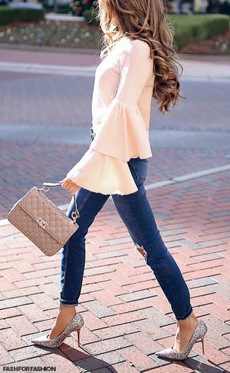 Cómo combinar: blusa de manga larga con volante rosada, vaqueros pitillo desgastados azul marino, zapatos de tacón de lentejuelas plateados, bolso de hombre de cuero acolchado en beige