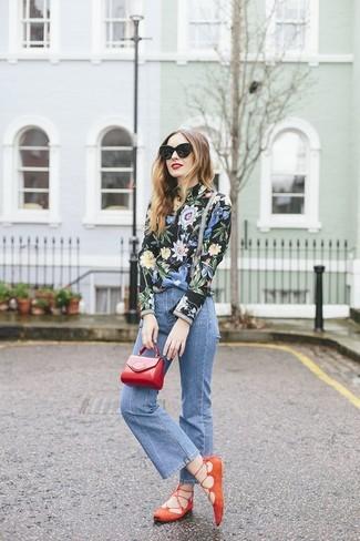 Cómo combinar: blusa de manga larga con print de flores negra, vaqueros de campana azules, bailarinas de ante naranjas, cartera sobre de cuero roja