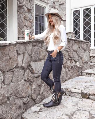 Cómo combinar: blusa de manga larga blanca, vaqueros pitillo azul marino, botas de lluvia de tartán negras, sombrero de lana gris