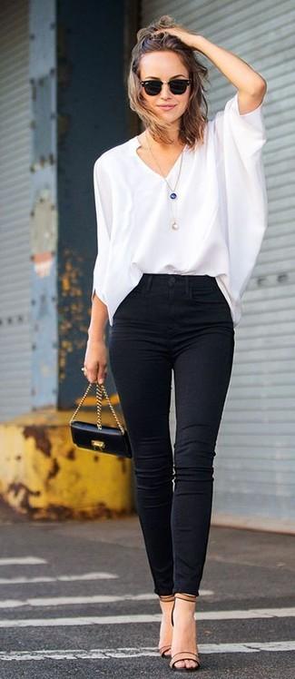 Utiliza una blusa de manga larga blanca y unos vaqueros pitillo negros para crear una apariencia elegante y glamurosa. Sandalias de tacón de cuero marrón claro son una opción grandiosa para completar este atuendo.