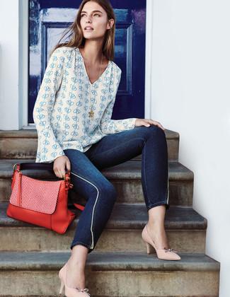 Cómo combinar: blusa de manga larga estampada en blanco y azul, vaqueros pitillo azul marino, zapatos de tacón de cuero en beige, bolso de hombre de cuero rojo