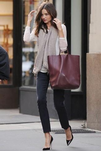 Este combo de una blusa de manga larga blanca y unos vaqueros pitillo negros te permitirá mantener un estilo cuando no estés trabajando limpio y simple. Completa el look con zapatos de tacón de cuero negros.