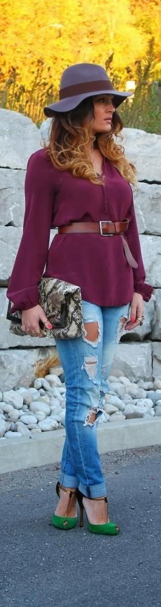 Cómo combinar: blusa de manga larga morado, vaqueros pitillo desgastados azules, zapatos de tacón de ante con recorte verdes, cartera sobre de cuero con print de serpiente gris