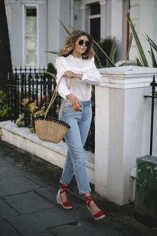Cómo combinar: blusa de manga larga con volante blanca, vaqueros celestes, sandalias con cuña de ante rojas, bolso bandolera de paja marrón claro