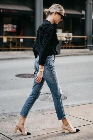 Cómo combinar: blusa de manga larga con ojete negra, vaqueros azules, zapatos de tacón de cuero en negro y marrón claro, gafas de sol negras