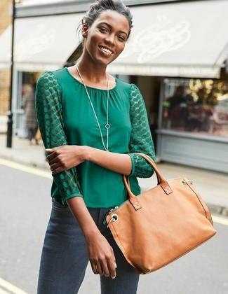 Cómo combinar: blusa de manga larga verde, vaqueros pitillo en gris oscuro, bolsa tote de cuero marrón claro, colgante plateado