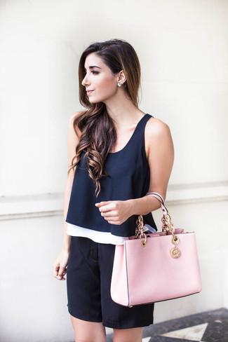 Cómo combinar: blusa sin mangas azul marino, bermudas de seda negras, bolsa tote de cuero rosada