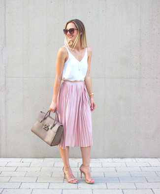 Cómo combinar: blusa sin mangas de seda blanca, falda midi plisada rosada, sandalias de tacón de cuero en beige, bolso de hombre de cuero gris