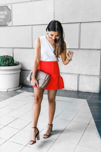 Cómo combinar: blusa sin mangas blanca, minifalda roja, sandalias de tacón de cuero marrónes, bolso de hombre de cuero acolchado gris