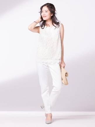 Cómo combinar: blusa sin mangas de encaje blanca, pantalón chino blanco, zapatos de tacón de ante grises, cartera sobre de paja marrón claro