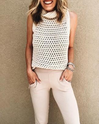 Cómo combinar: blusa sin mangas de punto blanca, pantalón de chándal en beige, pulsera plateada, reloj plateado