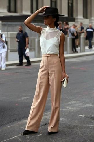Cómo combinar: blusa sin mangas de seda blanca, pantalones anchos marrón claro, botines de ante negros, sombrero de lana negro