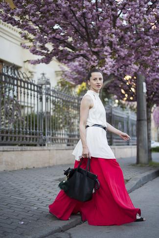Cómo combinar: blusa sin mangas de seda blanca, pantalones anchos rojos, bolsa tote de cuero negra, correa de cuero negra