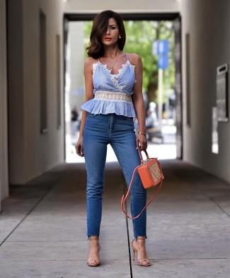 Cómo combinar: blusa sin mangas celeste, vaqueros pitillo azules, sandalias de tacón de cuero en beige, bolso bandolera de cuero naranja