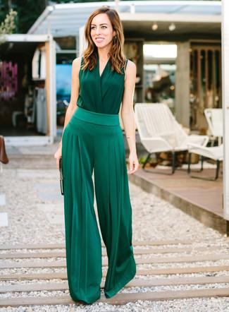 Cómo combinar: blusa sin mangas de seda verde oscuro, pantalones anchos verde oscuro, cartera sobre de cuero negra