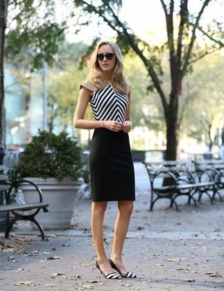 Cómo combinar: blusa sin mangas en zig zag en negro y blanco, falda lápiz negra, zapatos de tacón de cuero de rayas horizontales en negro y blanco
