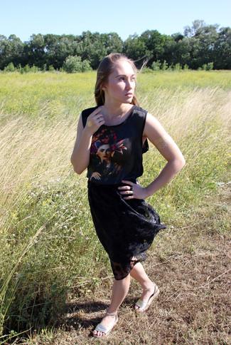 Cómo combinar: blusa sin mangas estampada negra, falda midi de encaje plisada negra, sandalias planas de cuero doradas