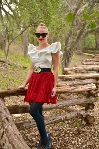 Cómo combinar: blusa sin mangas de seda blanca, falda campana con relieve roja, botines con cuña de cuero negros, cinturón de elástico en negro y dorado