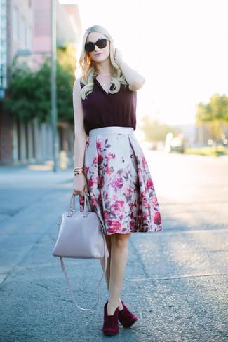 Cómo combinar una falda: Casa una blusa sin mangas de seda morado oscuro junto a una falda para conseguir una apariencia glamurosa y elegante. Botines de ante burdeos son una opción muy buena para complementar tu atuendo.
