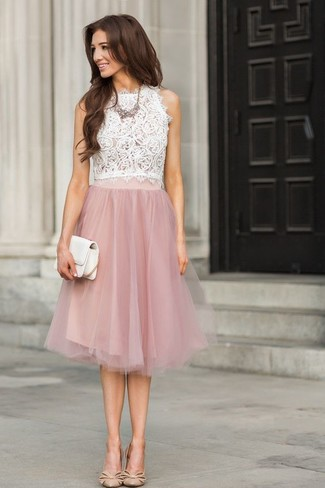 Cómo combinar: blusa sin mangas de encaje blanca, falda campana de encaje rosada, zapatos de tacón de cuero en beige, cartera sobre de cuero blanca