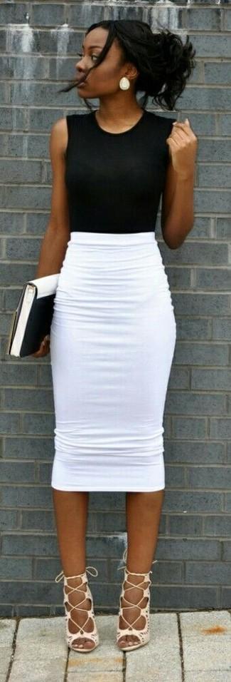 Cómo combinar: blusa sin mangas negra, falda lápiz blanca, sandalias romanas de cuero blancas, cartera sobre de cuero en blanco y negro