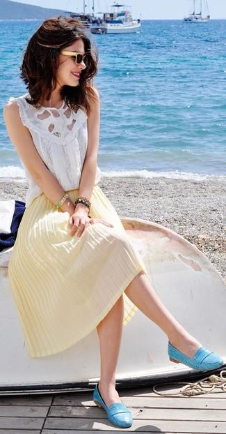 Cómo combinar: blusa sin mangas de encaje blanca, falda midi plisada amarilla, mocasín de cuero en turquesa, gafas de sol en beige