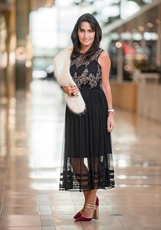 Cómo combinar: blusa sin mangas con adornos negra, falda midi de gasa plisada negra, zapatos de tacón de ante burdeos, bufanda de pelo blanca