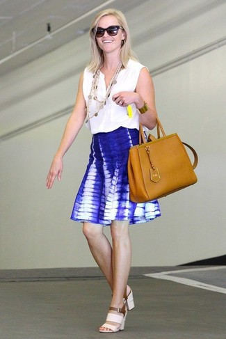 Cómo combinar: blusa sin mangas blanca, falda skater efecto teñido anudado azul, sandalias de tacón de cuero blancas, bolsa tote de cuero en tabaco