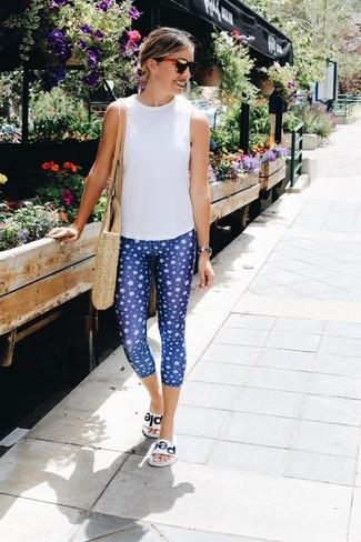 Cómo combinar unas sandalias planas de cuero blancas estilo relajado: Si eres el tipo de chica de jeans y camiseta, te va a gustar la combinación de una blusa sin mangas blanca y unos leggings estampados azules. Sandalias planas de cuero blancas son una opción inmejorable para complementar tu atuendo.