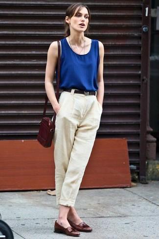 Look de Keira Knightly: Blusa sin Mangas Azul Marino, Pantalón de Vestir de Lino en Beige, Mocasín con Borlas de Cuero en Marrón Oscuro, Bolso Bandolera de Cuero Burdeos