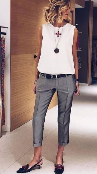 Cómo combinar: blusa sin mangas blanca, pantalón de vestir gris, zapatos de tacón de cuero negros, correa de cuero negra