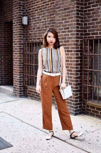Cómo combinar: blusa sin mangas de rayas verticales marrón claro, pantalones anchos en tabaco, sandalias planas de cuero en blanco y negro, bolso bandolera de cuero blanco
