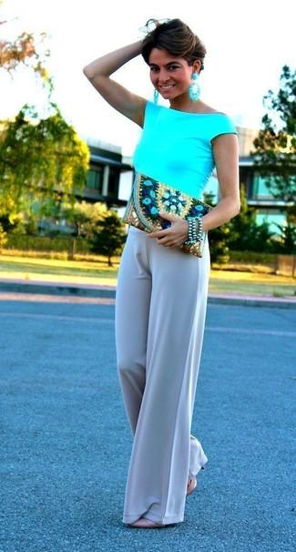 Considera emparejar una blusa sin mangas en turquesa con unos pantalones anchos grises para una vestimenta cómoda que queda muy bien junta. Zapatos de tacón de cuero beige añaden la elegancia necesaria ya que, de otra forma, es un look simple.