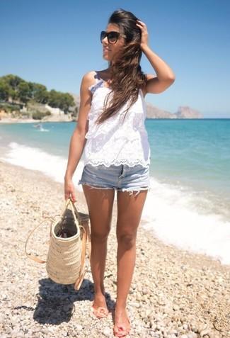 Cómo combinar: blusa sin mangas de crochet blanca, pantalones cortos vaqueros celestes, bailarinas de goma en beige, bolsa tote de paja en beige