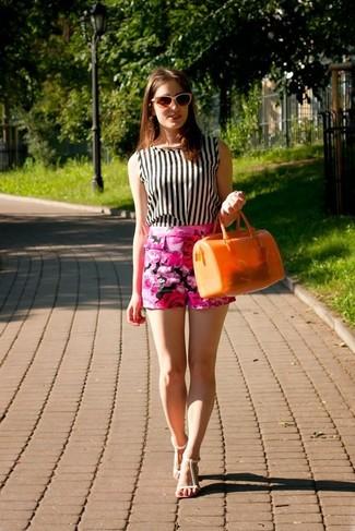 Cómo combinar: blusa sin mangas de rayas verticales en blanco y negro, pantalones cortos con print de flores rosa, sandalias planas de cuero blancas, bolso de hombre de goma naranja
