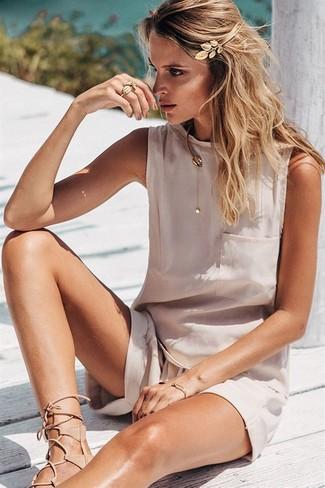 Cómo combinar: blusa sin mangas de seda en beige, pantalones cortos en beige, sandalias romanas de cuero en beige, cinta para la cabeza dorada